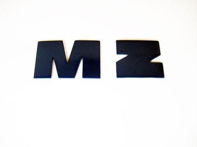 """Buchstaben Alu """"M"""" und """"Z"""" im Satz blau"""